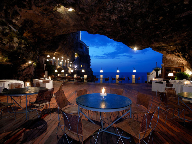 restaurant-dans-une-grotte-polignano-a-mare-italie