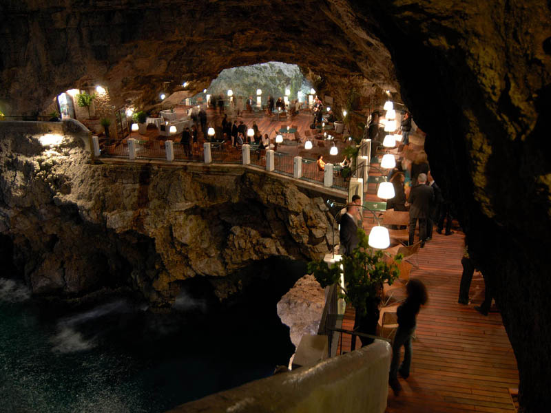restaurantThe-summer-restaurant-in-a-cave-Polignano-A-Mare-Italy