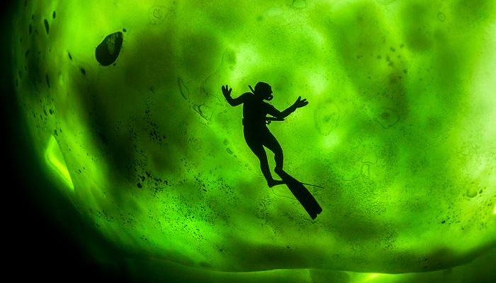 northern-lights-through-ice-in-freezing-waters