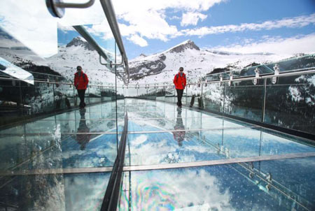 پیاده روی در آسمان یخچال طبیعی کانادا