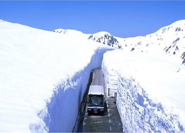 road_through_snow_toyama_japan