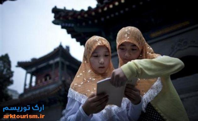 two-muslim-chinese-girls-reading