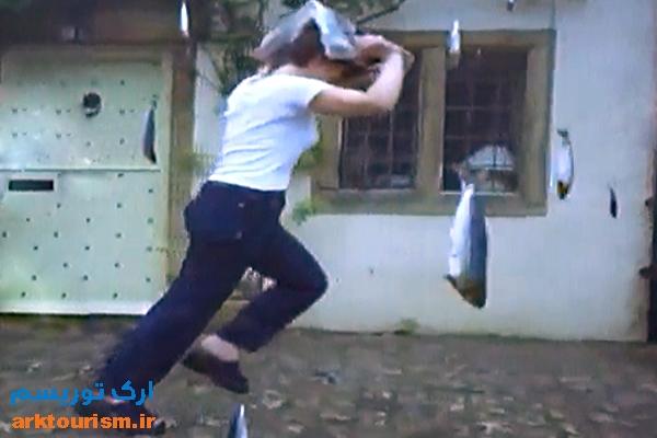 woman-running-from-lluvia-de-peces