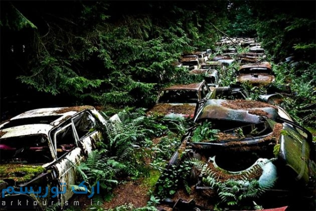 BLNKT-chatillion-vintage-car-graveyard-70-yr-old-traffic-jam-in-the-woods4-672x450